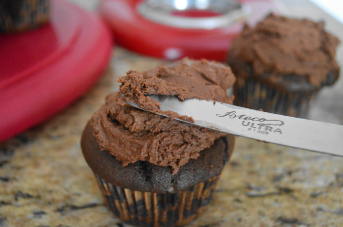 Frosting the mint chocolate cupcakes